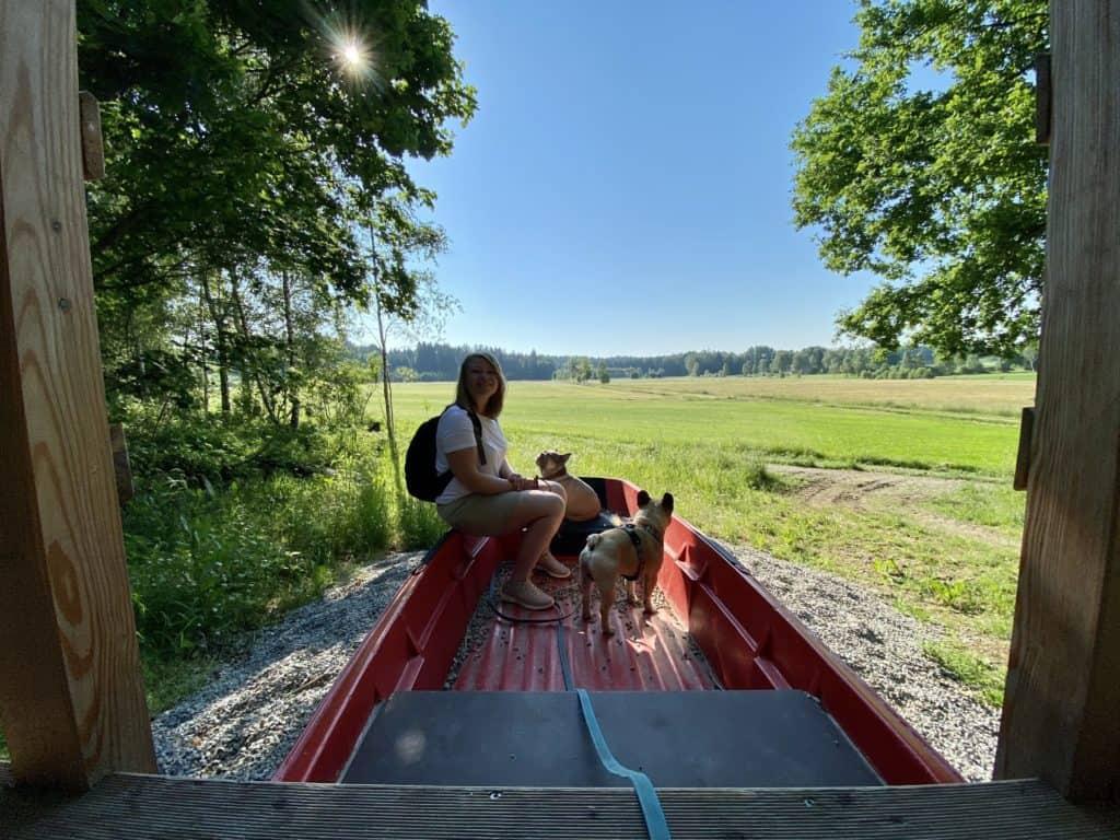 rotes Boot mit Blick über eine Wiese