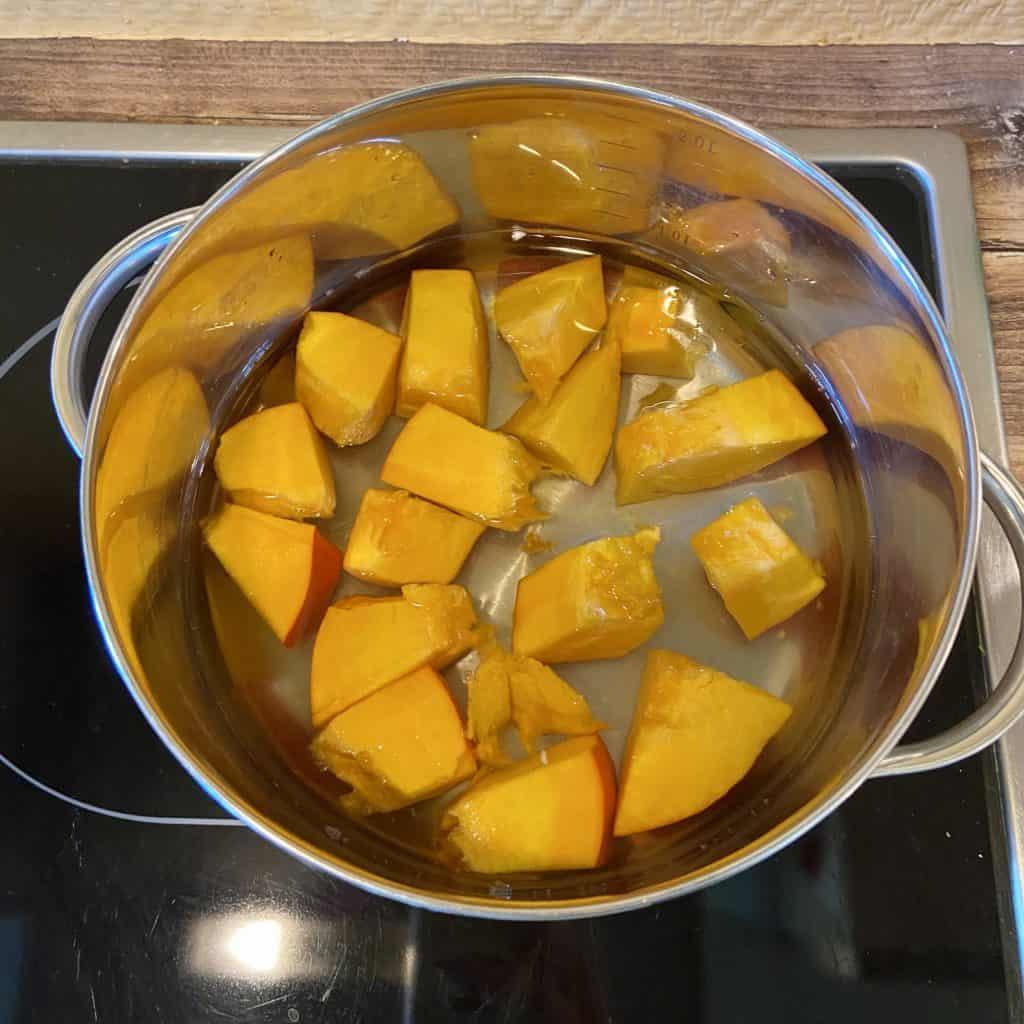 Kürbisstücke in Kochwasser